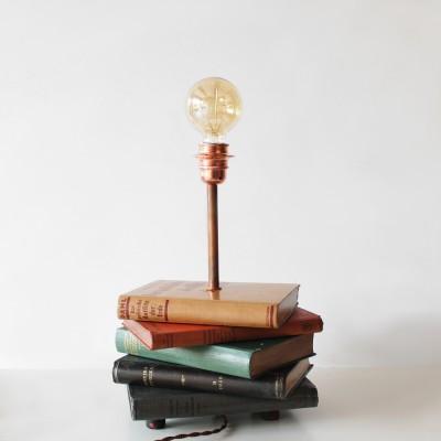 Επιτραπέζιο φωτιστικό με βιβλία