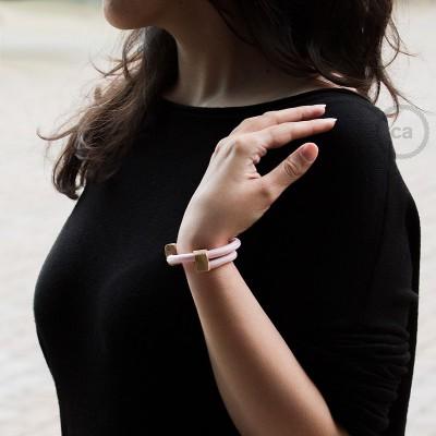 Βραχιόλι Creative από Ανοιχτό Ροζ Ύφασμα RM16. Ξύλινοι σφικτήρες στήριξης. Made in Italy.